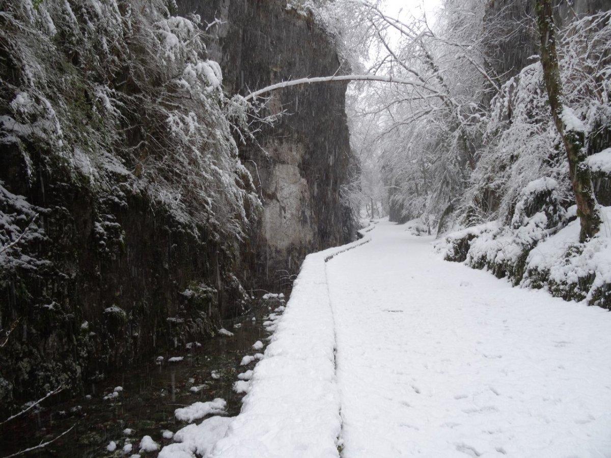 """Résultat de recherche d'images pour """"chemin dans la neige menant a une grotte"""""""