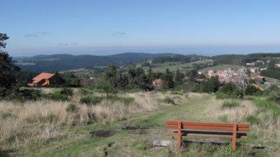 Un banc sympathique avec la vue sur le village du Bessat