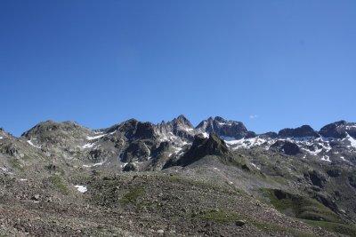 Vue sur le Gélas (3143m) et les cimes environnantes. La neige s'accroche aux pentes en ce mois de juin.