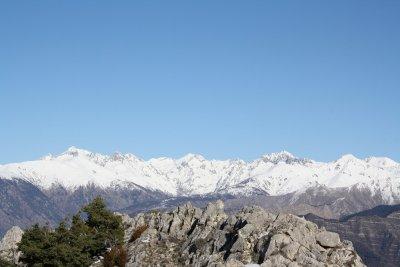 Un panorama sur tout l'est du département des Alpes-Maritimes, à mi-chemin entre les cimes du Mercantour et la mer