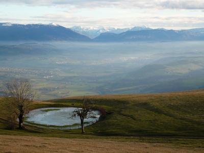 Vue du sommet sur l'Albanais et les Bauges.