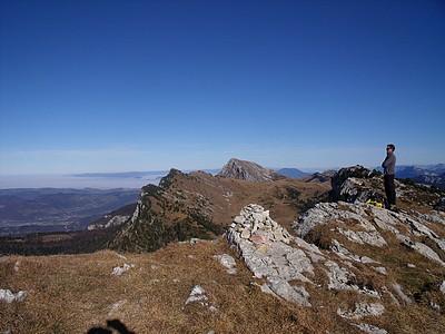 Un randonneur anonyme admirant la Vallée de l'Isère