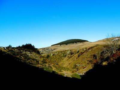 Du haut de la cascade, vue sur Chaudeyrolles, niché au pied du Mont Signon