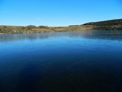 Le lac de St-Front occupe un cratère d'explosion