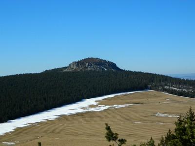 Le Rocher Tourte, domine forêts et prairies.