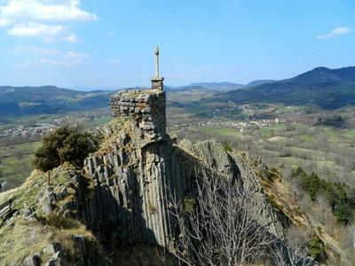 Le Suc de Chapteuil est un neck avec orgues basaltiques. Il était coiffé par une forteresse.