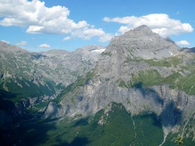 Vallée du Giffre et Pic de Tenneverge depuis le sommet.