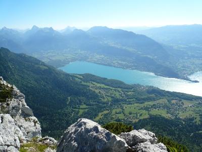Le lac d'Annecy et les Bauges depuis le sommet.