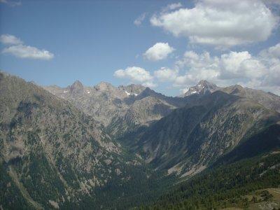Des montagnes et des forêts entre deux vallées