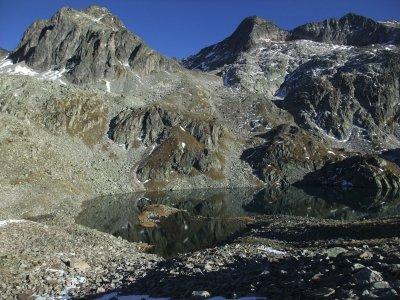 Rando d'envergure entre hauts sommets et lacs.