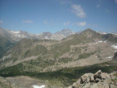 Un panorama qui s'étend depuis les cimes de la Tinée jusqu'aux sommets des Merveilles