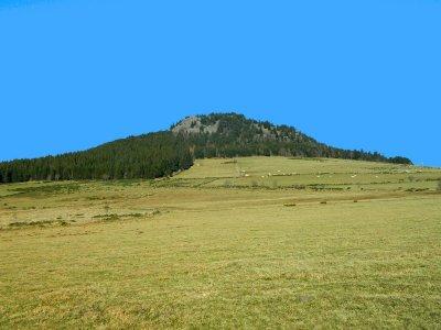 La Roche du Bachat émerge du plateau du Mézenc.