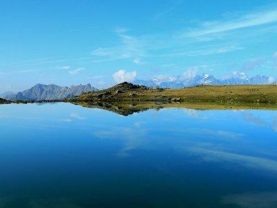Face aux Ecrins, deux des lacs d'altitude de la vallée de Névache.