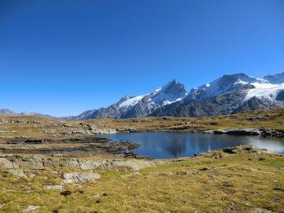 Le lac Lérié face au massif de la Meije