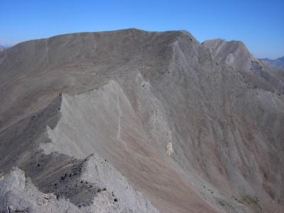 Ambiance désertique au de la Tête de Gandin : la Tête de Malacoste et à droite, le Mont de Salsa.