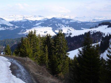 Descente sur Chaucisse, vue sur Val d'Arly et Beaufortain.
