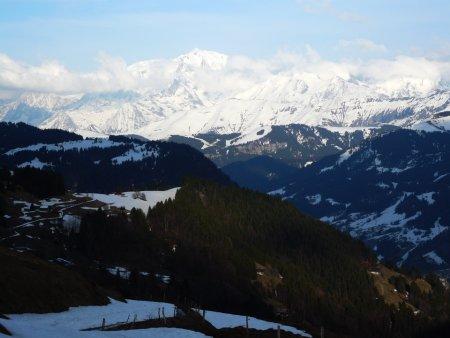 Descente sur Chaucisse, vue sur Val d'Arly et Mont-Blanc.